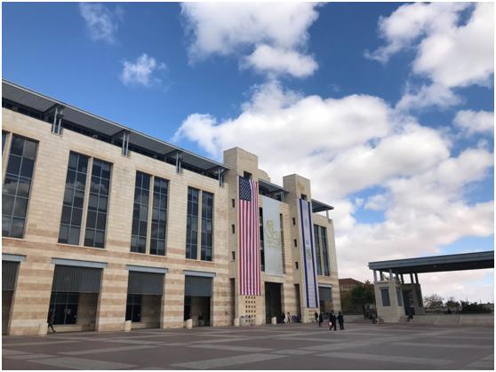 12月7日,耶路撒冷市政厅前罕见地悬挂美国国旗。纪双城摄
