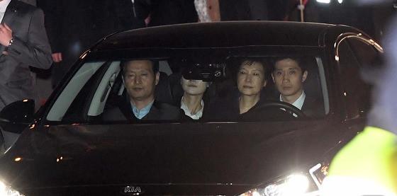 去年3月31日凌晨,朴槿惠被捕后押送至拘留所