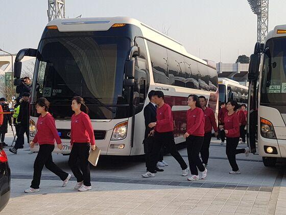 朝鲜艺术团员进入演出场地(图片来源:韩国《中央日报》)