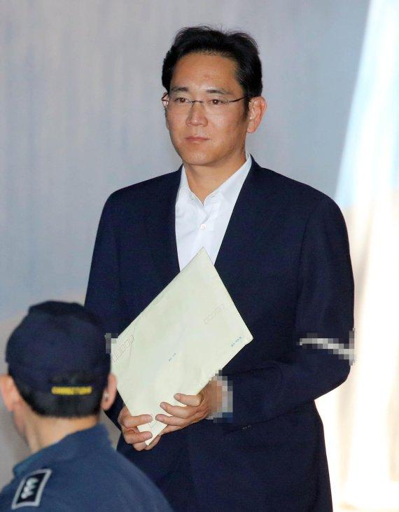 12月27日,李在�F现身首尔高等法院