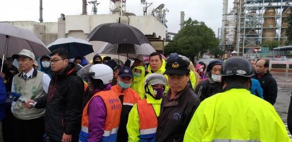 居民聚集炼油厂抗议。