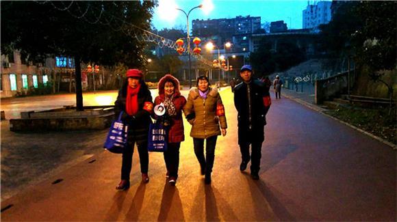 重庆綦江:打通镇大石壁社区志愿者夜间治安巡逻