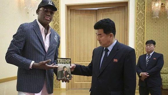 ▲资料图片:2017年6月15日,罗德曼向朝鲜体育部长赠送特朗普著作《交易的艺术》。(东方IC)