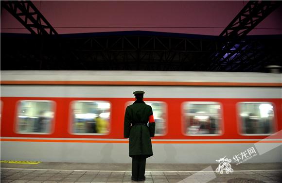 每年春运,武警重庆总队千余名官兵都坚守在春运一线,为返乡旅客服务。武警重庆总队供图 华龙网发