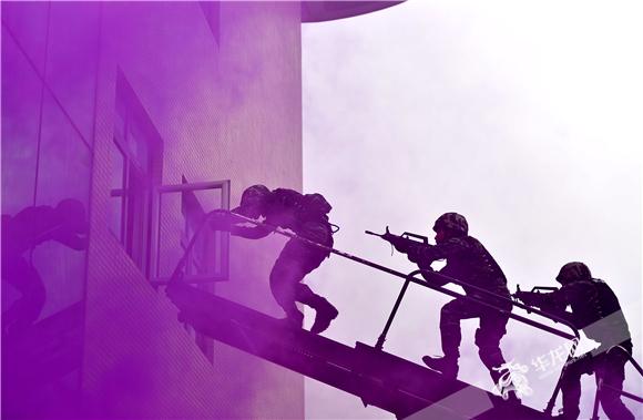 武警重庆总队特战队员进行楼宇突击抓捕课目演练。武警重庆总队供图 华龙网发