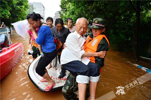 2013年7月1日,武警重庆总队机动支队官兵在解救转移柏梓镇被困群众。武警重庆总队供图 华龙网发
