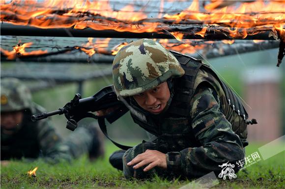 武警重庆总队特战队员在进行穿越火障训练。武警重庆总队供图 华龙网发