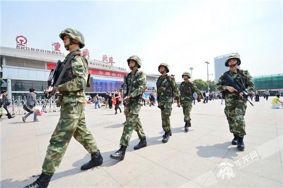 武警重庆总队执勤官兵在重庆龙头寺火车站巡逻 。武警重庆总队供图 华龙网发