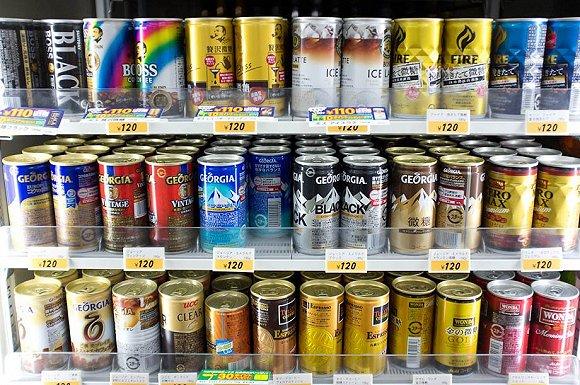 日本便利店里的罐装饮料选择很多