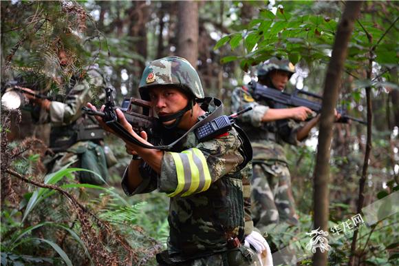 武警重庆总队官兵围捕犯罪嫌疑人。武警重庆总队供图 华龙网发