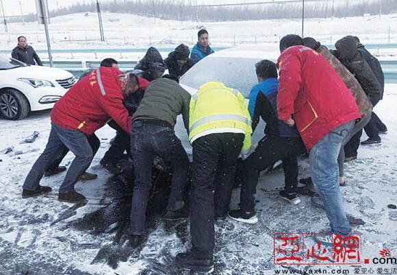 女子高速遇车祸 众人抬车腾出路