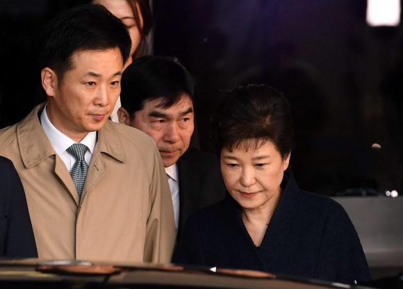 干政门曝光后,柳荣夏一直陪伴朴槿惠左右