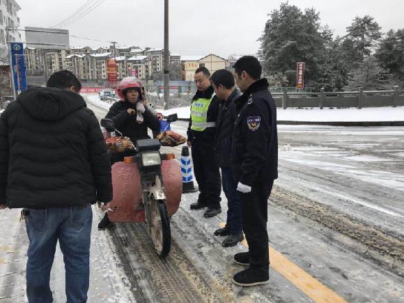 石柱:黄水派出所加强冰雪天气道路交通安全检查