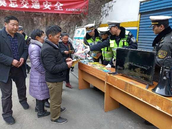 城口交巡警:多形式开展春运交通安全宣传