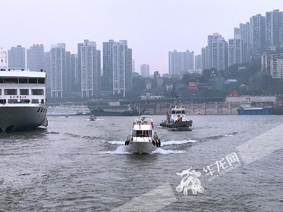 重庆进入禁渔期 市民江边钓