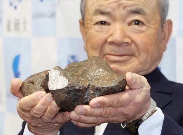 陨石发现者三津村胜征(74岁)(图来自日本《产经新闻》)