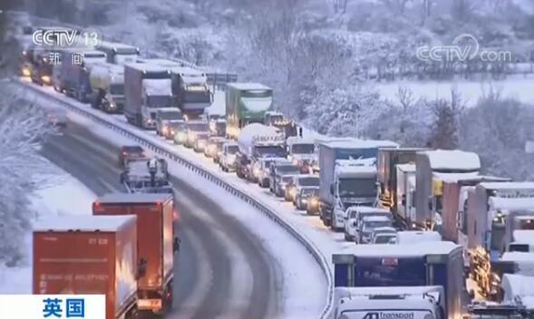 英国局地遭遇暴雪天气数百所学校停课 大风暴致荷兰航班列车停运