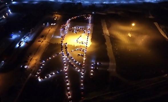 近300辆车拼凑称普京肖像。(图片来源:英国《每日邮报》)