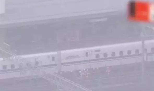 ▲工作人员检查事故列车。