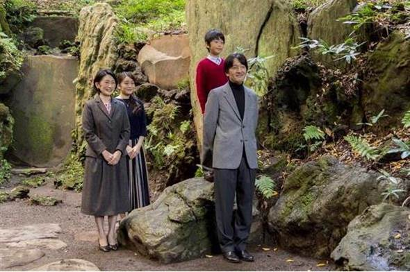 秋筱宫夫妻与长女真子、长子悠仁摄于赤坂御用地内的旧青山御所庭园。(宫内厅提供)