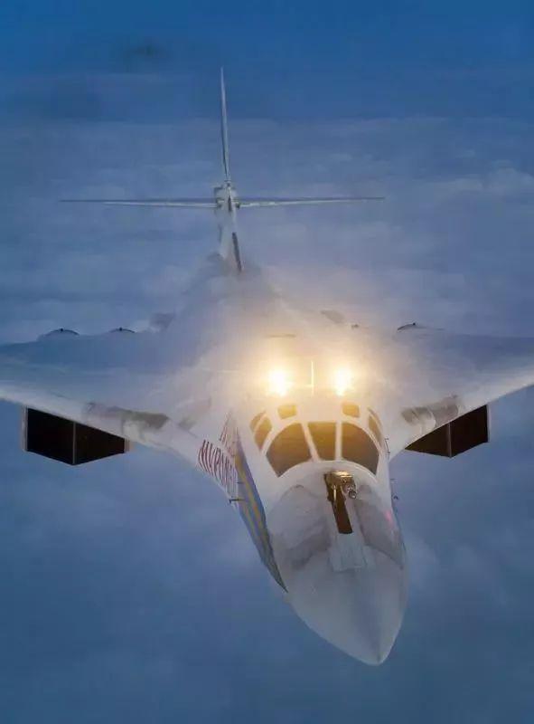 ▲图-160在夜间空中加油时开启机头照明灯,方便加油机对接油管。