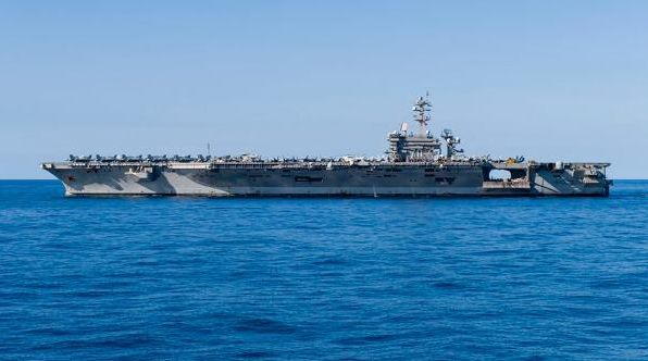 """美国海军""""卡尔?文森""""号航母在南海进行航行(图源:澎湃新闻网)"""