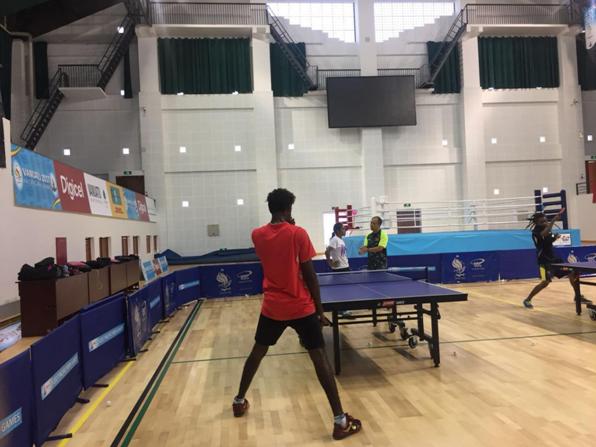 乒乓球教练刘民忠在指导瓦努阿图队员训练