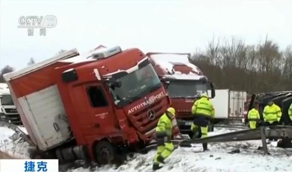 捷克大雪致数十辆车连环追尾 至少10人受伤