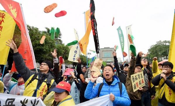 台湾抗议民众向蔡办丢踯拖鞋表达不满。(图片来源:台媒)