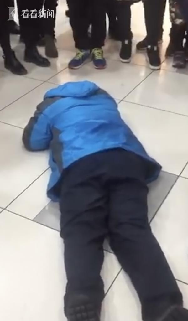 视频|大叔约六年级女生看黄片 被孩子家长怒扇