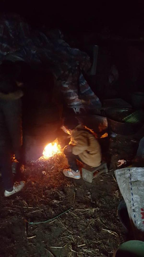 回家烧火取暖。