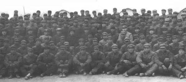1959年4月19日,空军地空导弹兵二营在西北某地首次进行了实弹射击,取得圆满成功,许光达、张爱萍、钱学森等领导同志亲临现场并与官兵们合影留念。