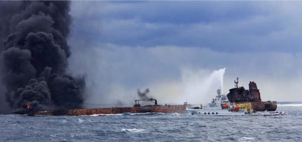 东海失事油船仍在燃烧 新装一百吨灭火物资正运往