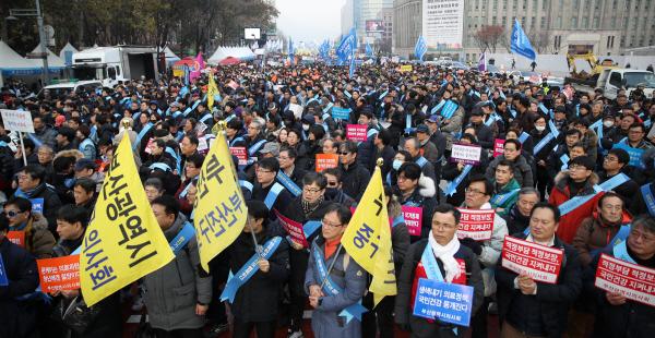 """周日(10日)下午,3万多名医生在首尔集会反对""""文在寅医改"""""""