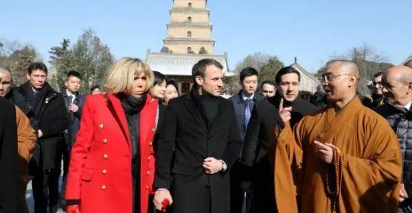 ▲1月8日,马克龙携夫人观赏大雁塔。