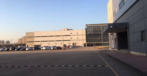 尽头为关闭的光学部门。澎湃新闻记者 张赛男 摄