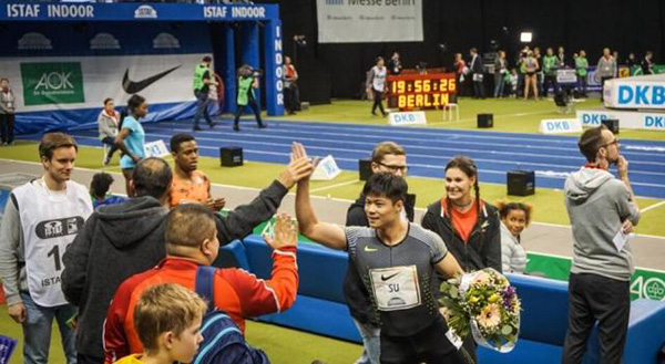 苏炳添与团队鼓掌相庆。