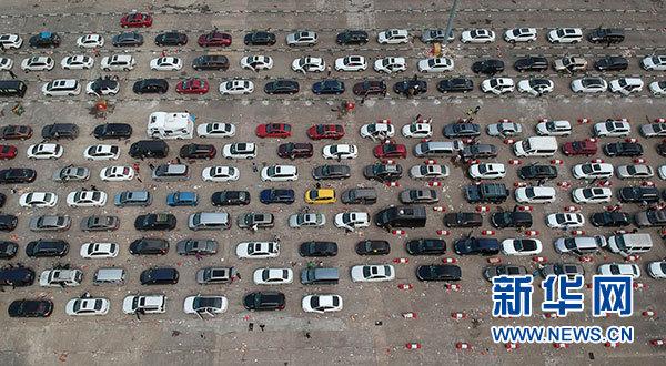 2月20日,大量过海车辆在海口秀英港等待过海。新华社记者 赵颖全 摄