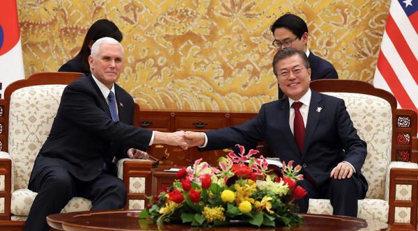 文在寅见彭斯强调韩美合作 称将把朝鲜拉