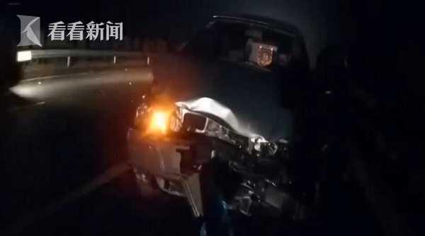 视频|男孩车祸中受惊吓 暖心交警为他戴警帽捂耳朵