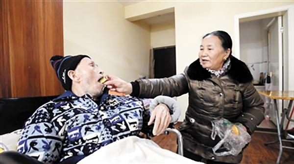 老太离婚17年后将患病前夫接回家 曾遭其家暴(图)