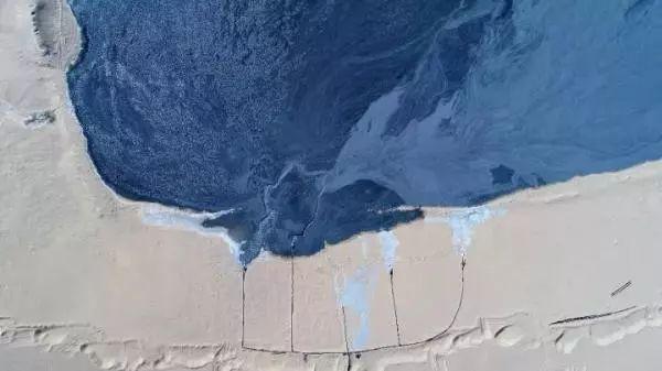 ▲尾矿从厂区旁的两个口子排出,顺着地势往低处流。