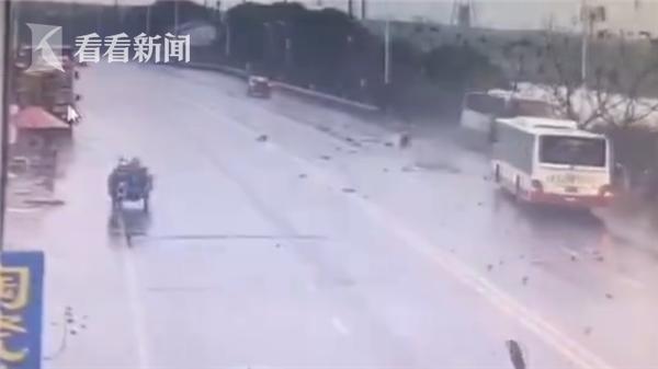 视频|公交被逆行司机别入河中车辆视频神操垫吊车胸图片