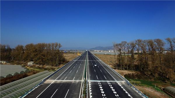 云南新嵩昆高速公路建成通车