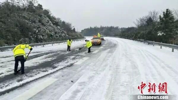 △降雪导致江西数十条高速、普通公路因雨雪冰冻封闭或阻断。
