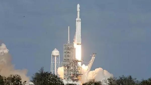 """""""猎鹰重型""""运载火箭发射。"""