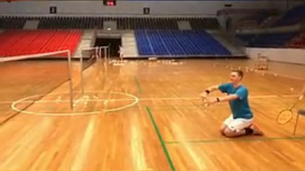 丹麦名将安赛龙跪地发球调侃新规。截屏图