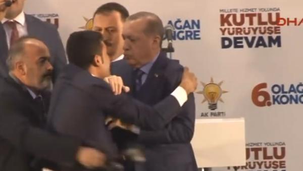 疯狂男粉丝送熊抱,土耳其总统吓一跳
