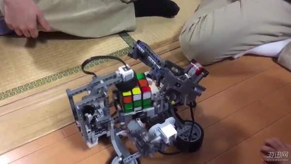 """国外大神用乐高积木""""打造""""超级机器人 魔方玩"""
