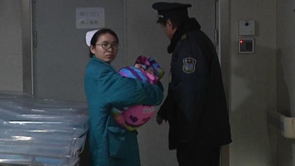 郑州:无肛婴儿被弃火车行李架嘴唇冻紫